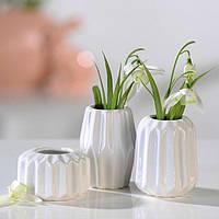 Ваза для цветов декоративная белая керамическая маленькая ребристая