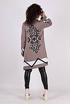 Модный светло-бежевый кардиган женский вязаный с застежкой на брошь и принтом на спине размеры 42-50, фото 3