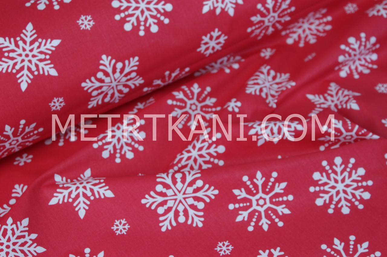 Новогодняя ткань с крупными снежинками на красном фоне № 862
