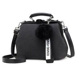 Черная женская сумка с помпоном