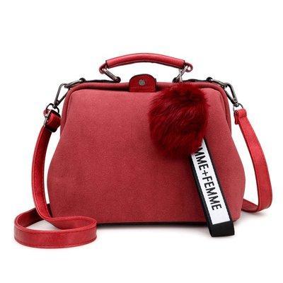 Красная женская сумка с помпоном