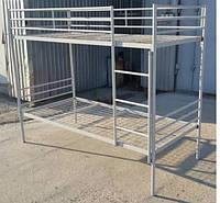 Кровать металлическая двухярусная с ограждением и лестницей