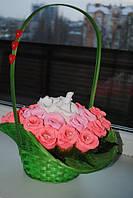 Корзинка с розами(конфетно-букетные композиции)