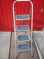 Стремянка на 4 ступени с резиновым покрытием.Производитель Украина