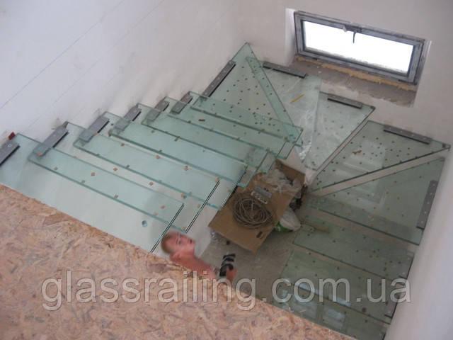 Монтаж стеклянных ступеней