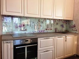 Стеклянный фартук на кухне с изображением цветов сирени. Установка скинали в Днепре. 2