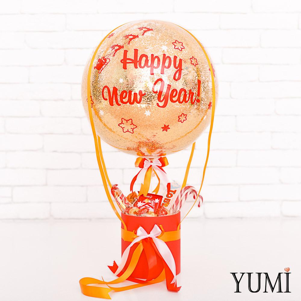 """Новогодняя композиция из сладостей и """"стеклянного"""" шара с декором"""