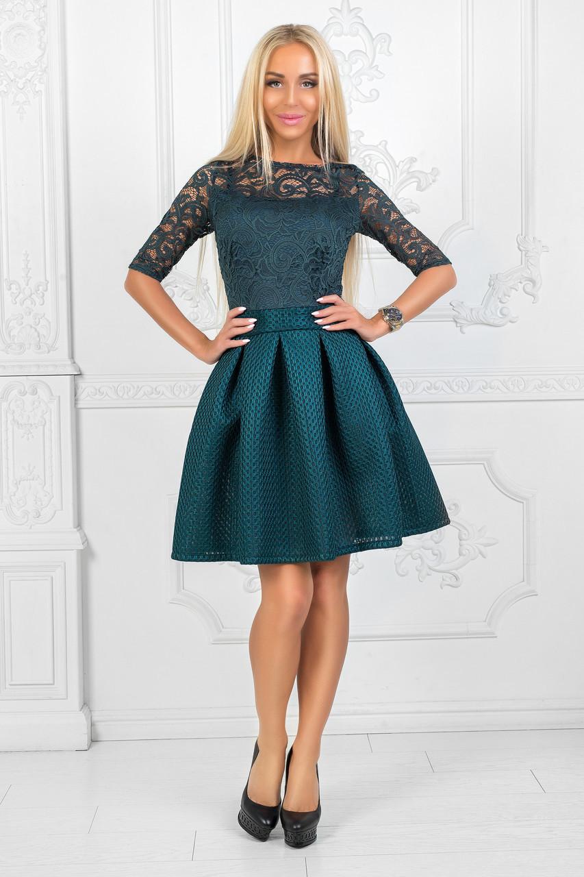 Женское платье бутылочного цвета с гипюровым верхом