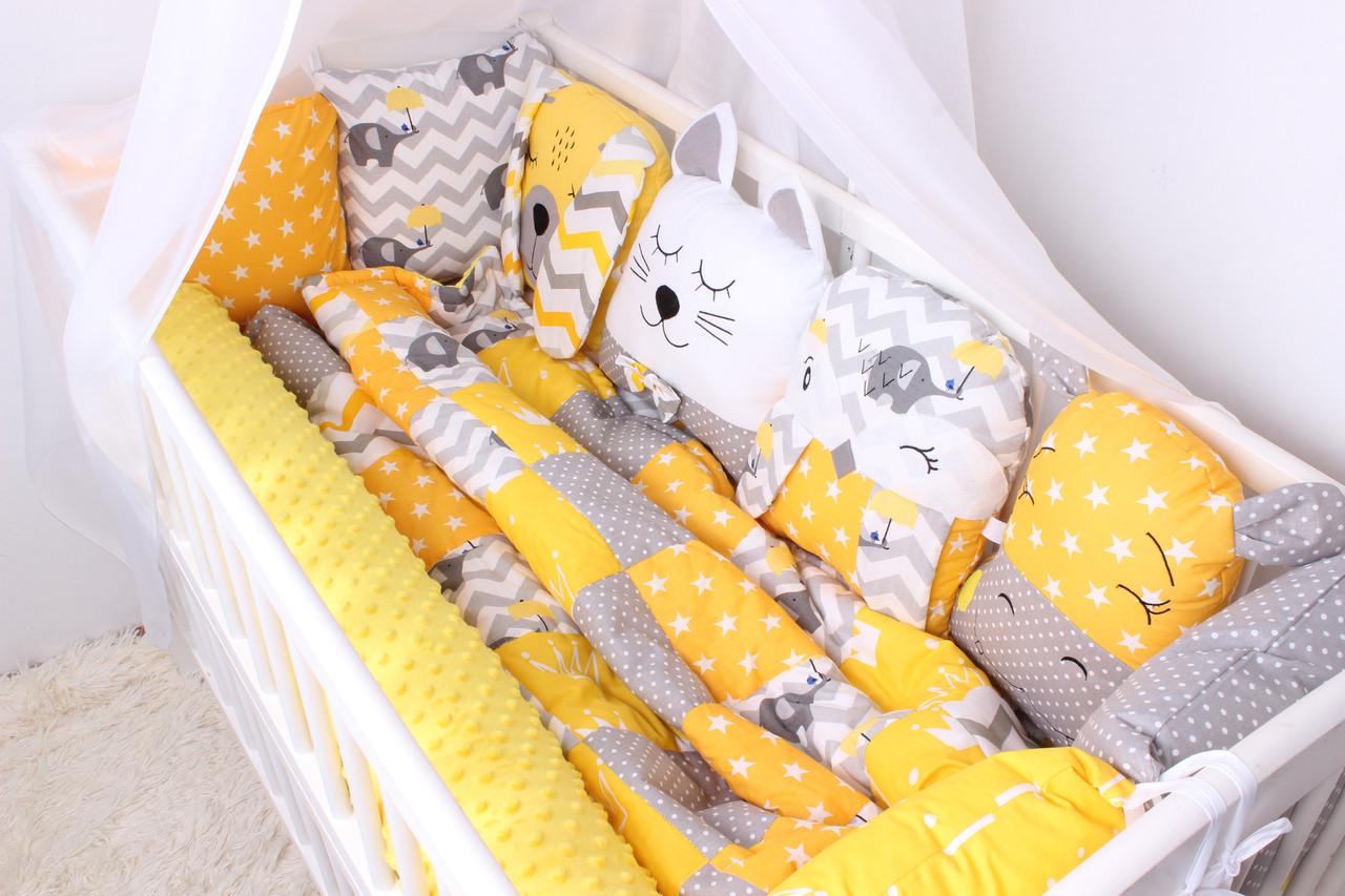 Комплект в кроватку с зверюшками и валиком в  желто-серых тонах