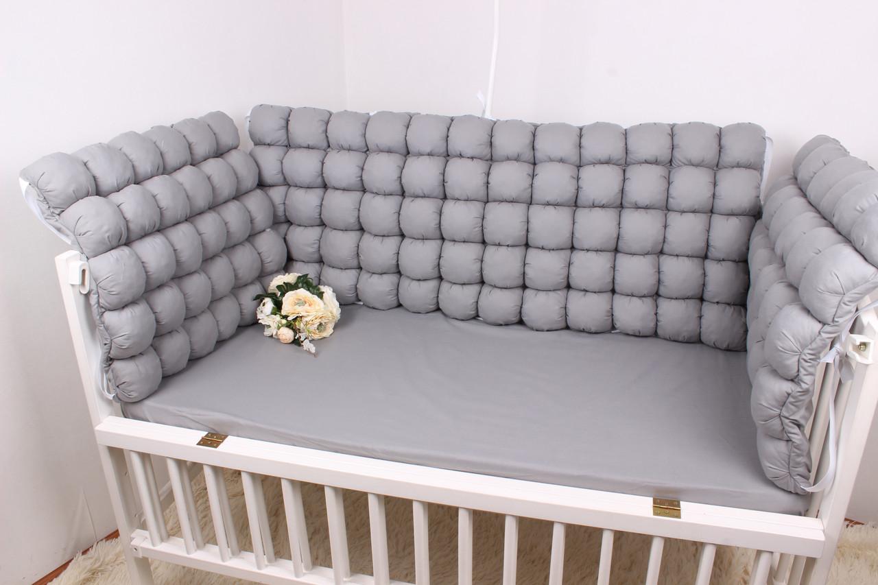 Бортики бомбон в кроватку в серых тонах