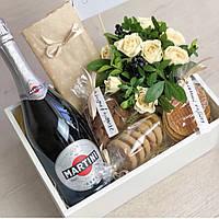 Подарочный набор с букетом в белом ящике