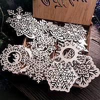 Набор снежинок и ёлочных новогодних игрушек в подарочной коробочке серебряного цвета. 24 шт. в коробочке