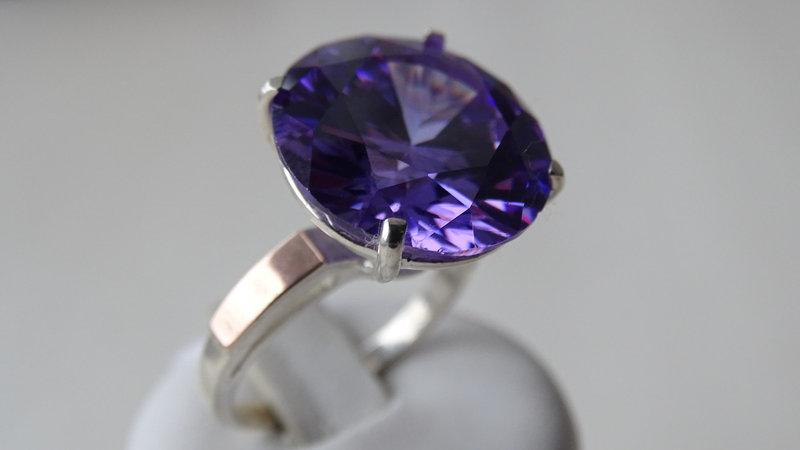 Серебряное кольцо с золотыми вставками и фиолетовым цирконием
