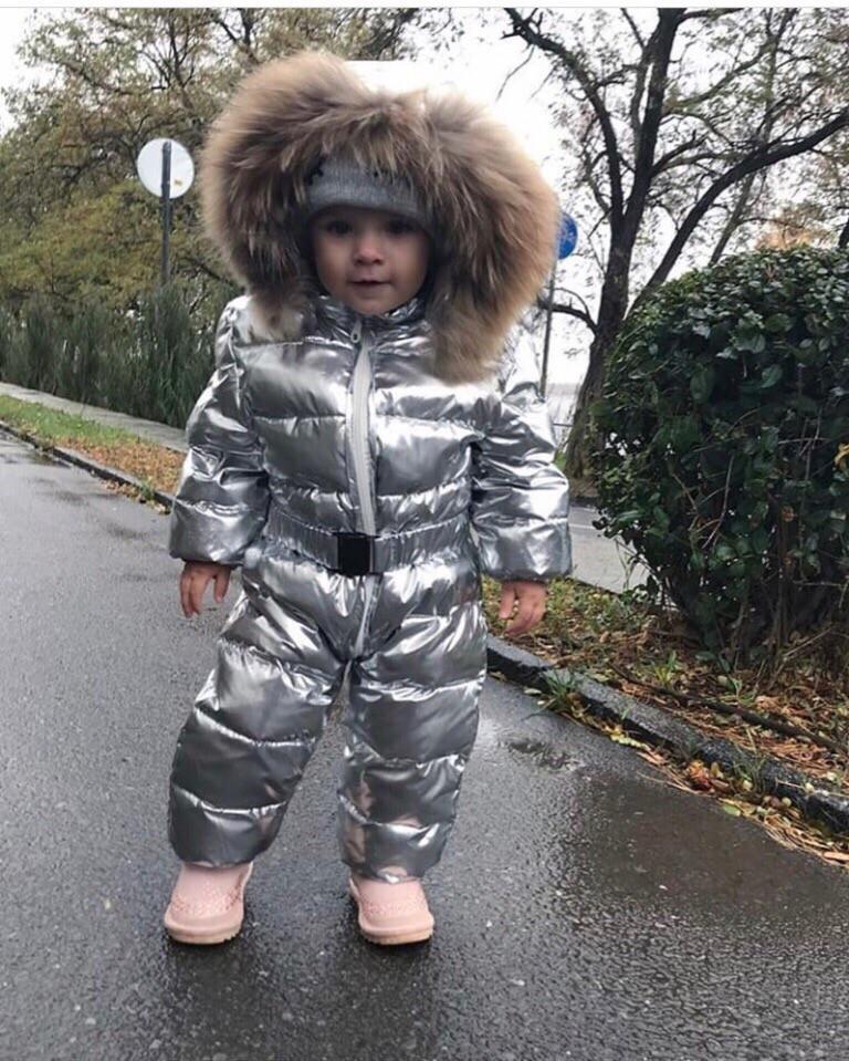 Утепленный осенне-зимний детский комбинезон на синтепоне с капюшоном с опушкой, плащевка металлик