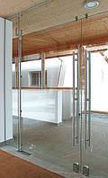 Перегородка стеклянная с Дверью маятниковой 2-створчатой из закаленного стекла прозрачного 10 мм