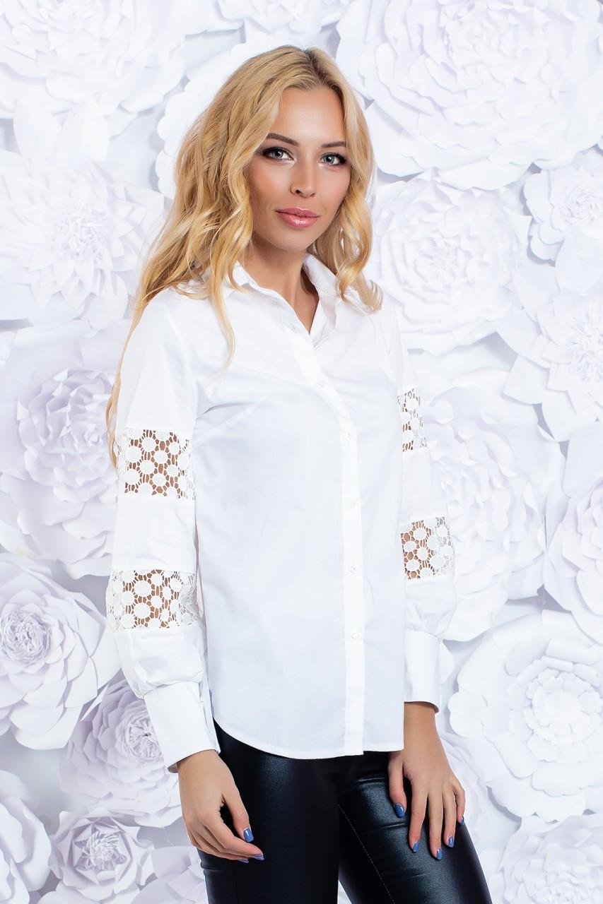 Белая рубашка из котона декорированная кружевными ажурными вставками.