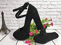 Женские туфли на среднем каблучке с перемычками по ноге, цвет черная замша.