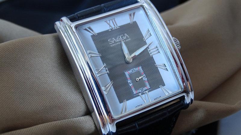 Часы в серебряном корпусе квадратной формы