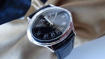 Часы в серебряном корпусе овальной формы