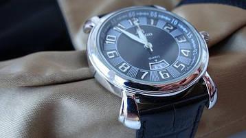Часы в серебряном корпусе круглой формы