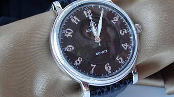 Часы в серебряном корпусе на кожанном ремешке