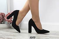 Женские замшевые туфли на каблуке черные