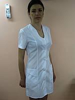 Женский медицинский халат на пуговицах с фигурным вырезом