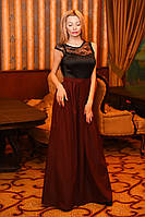 Элегантное женское платье в пол декорировано гипюром