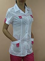Женский медицинский костюм на пуговицах и кнопках