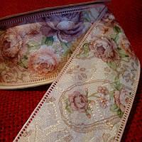 Лента декоративная (гобелен) 4,0 см., светло-бежевая с мелкими розами и зелеными листочками.