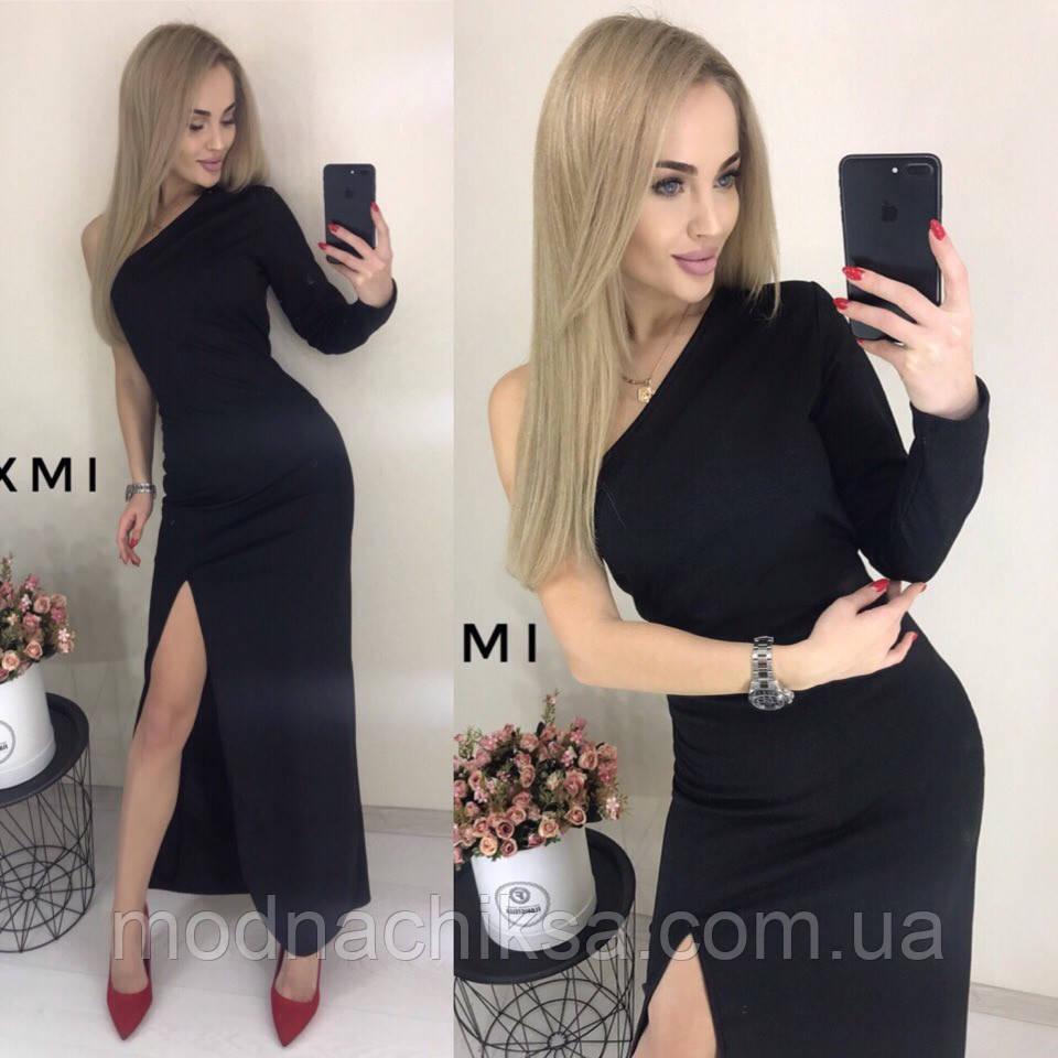 Платье с открытым плечом и разрезом на ноге