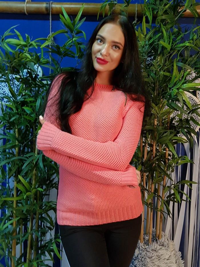 Стильный свитер персикового цвета крупной вязки 179