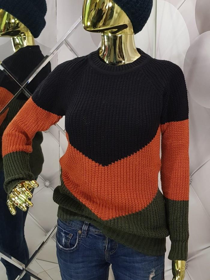 Женский вязаный трехцветный свитер 924