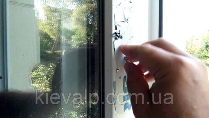 Очистка оконных рам и окон от плёнки