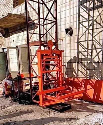 Н-79 метрів. Щогловий підйомник для подачі будматеріалів, будівельні підйомники з висувною платформою 750 кг.