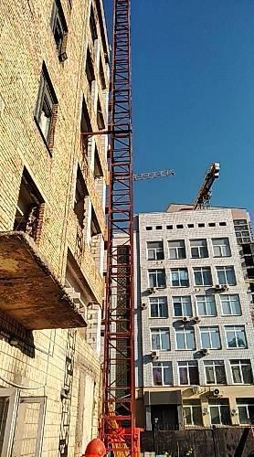 Висота підйому Н-75 метрів. Підйомники вантажні для будівельних робіт з висувною платформою на 750 кг.