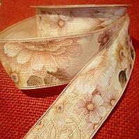 Лента-мешковина, 4,0 см., светло-бежевая с розовыми цветами и коричнево-зелеными листочками.