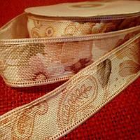 Лента-мешковина, 2,5 см., светло-бежевая с розовыми цветами и коричнево-зелеными листочками.