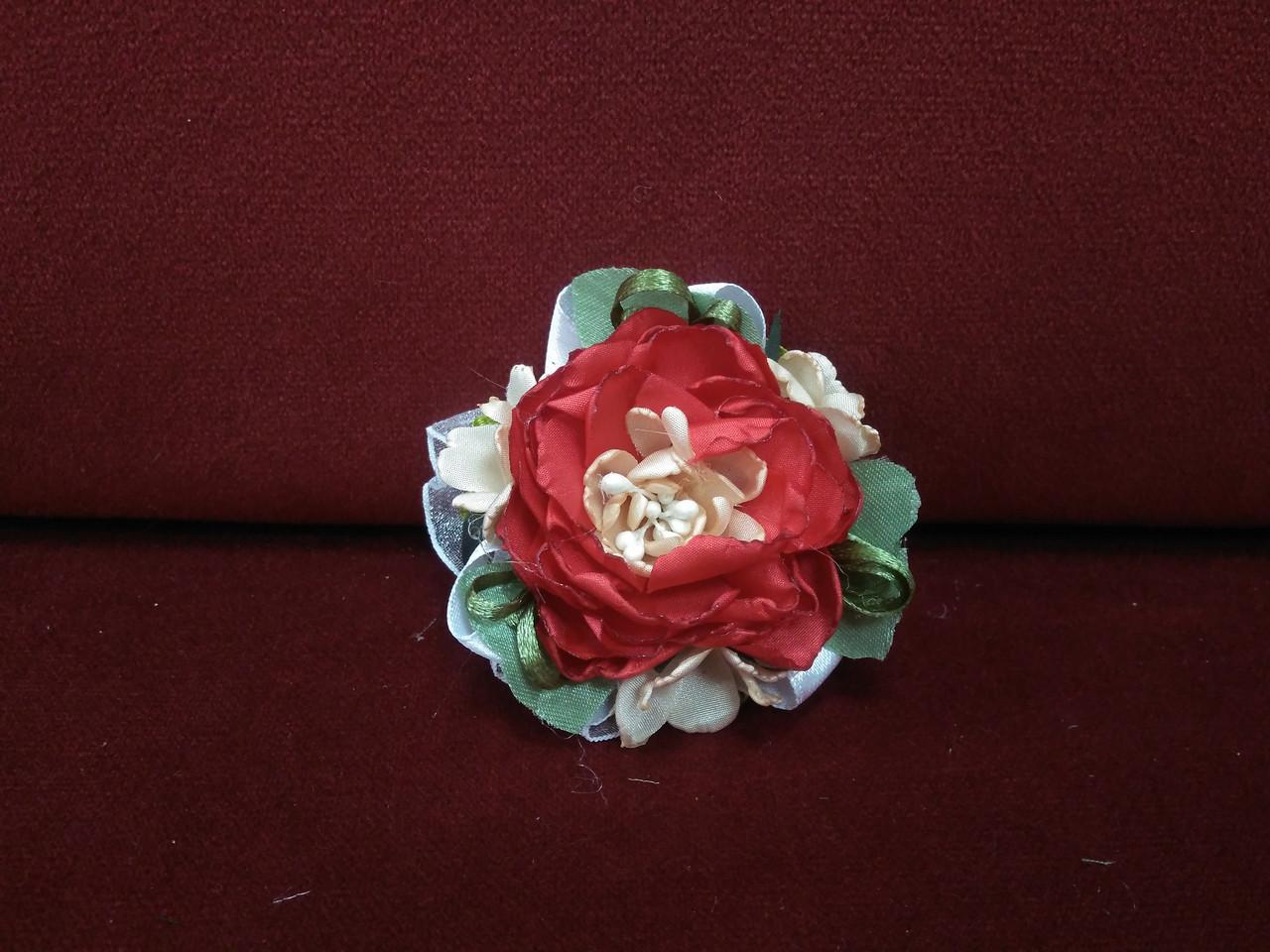 Бутоньерка на руку красная (браслет из цветов)
