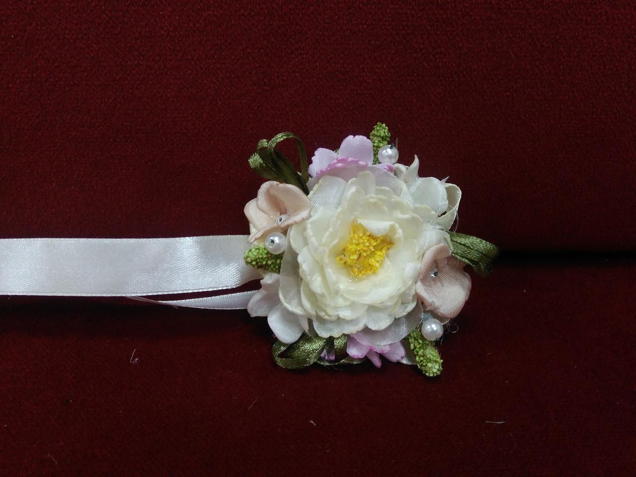 Бутоньерка на руку бежевая с розовым(браслет из цветов)