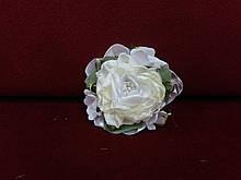 Бутоньерка на руку бежевая с белым (цветочный браслет)