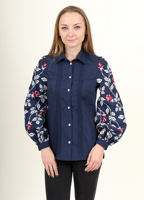 Рубашка из хлопка украшена вышивкой на рукавах