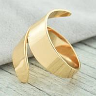 Позолоченное кольцо из витой металлической пластины – актуальный тренд