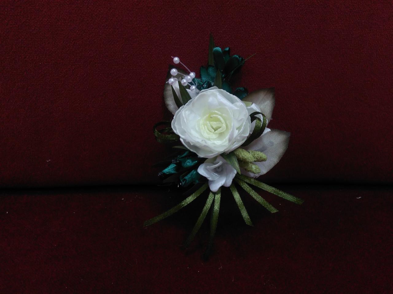 Весільна бутоньєрка з півонії айворі з смарагдовим