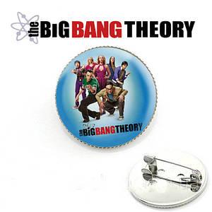 Значок с героями га голубом фоне Теория Большого взрыва / The Big Bang Theory