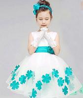 Детское красивое платье с голубыми деталями.