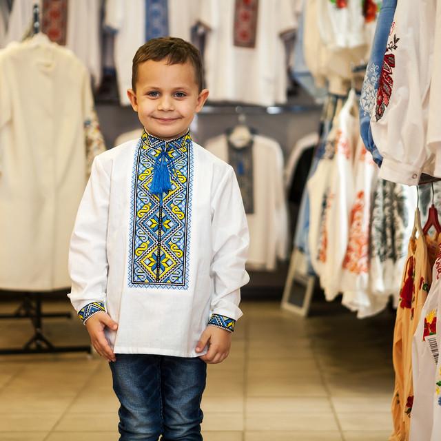 Детская вышиванка для мальчика с голубым орнаментом