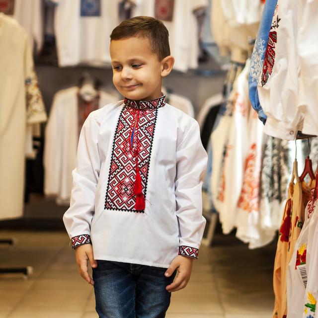 Детская рубашка для мальчика с красным орнаментом