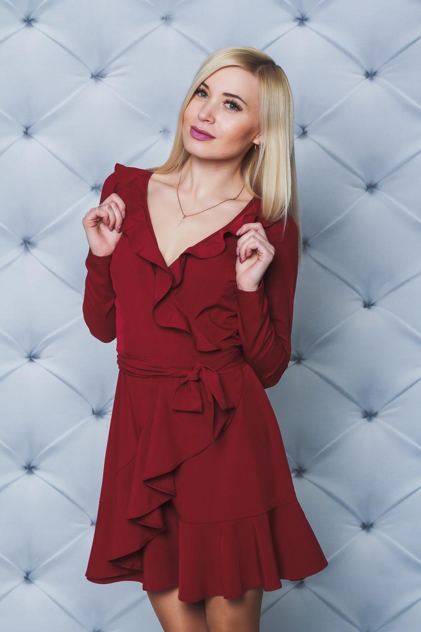 Короткое платье с рюшей бордо