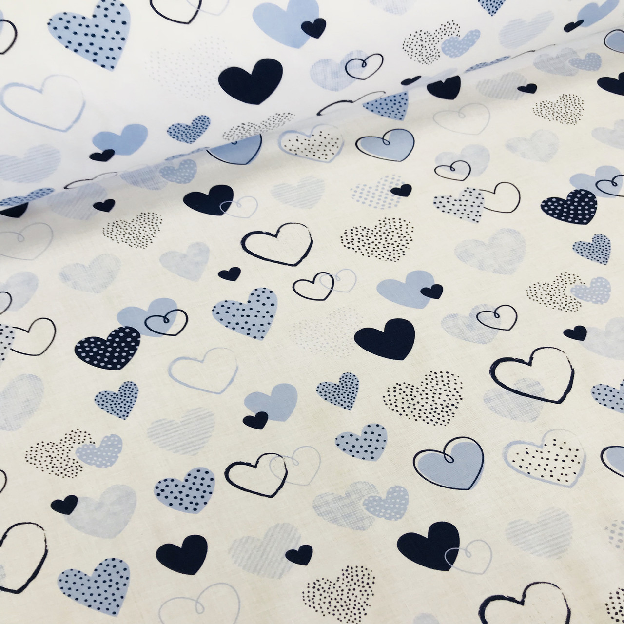 Хлопковая ткань польская сердца голубые, синие с точками и полосками на белом отрез (размер 1*1,6 м)